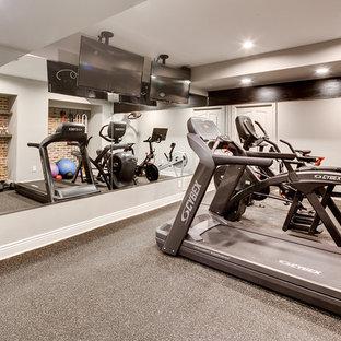 Aménagement d'une très grande salle de sport montagne multi-usage avec un mur beige et moquette.