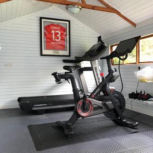 Moderner Fitnessraum mit grauem Boden und gewölbter Decke in Buckinghamshire