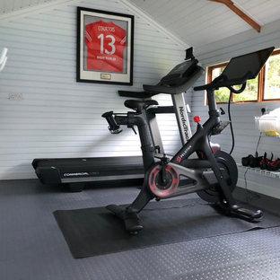 Moderner Fitnessraum mit grauem Boden und gewölbter Decke in Berkshire