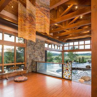 Esempio di uno studio yoga stile rurale di medie dimensioni con pavimento in legno massello medio