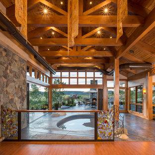Idee per uno studio yoga stile rurale di medie dimensioni con pavimento in legno massello medio