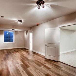 Esempio di una grande palestra multiuso stile americano con pareti beige, pavimento in vinile e pavimento marrone