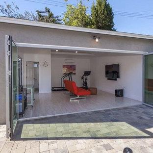 Multifunktionaler Moderner Fitnessraum mit weißer Wandfarbe, hellem Holzboden und weißem Boden in San Francisco