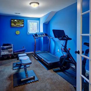 Multifunktionaler, Kleiner Moderner Fitnessraum mit blauer Wandfarbe und Teppichboden in Washington, D.C.