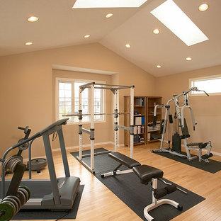 Esempio di una sala pesi tradizionale di medie dimensioni con pareti beige e parquet chiaro