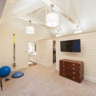 Multifunktionaler Klassischer Fitnessraum mit weißer Wandfarbe, Teppichboden und beigem Boden in Charlotte