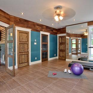 Klassischer Fitnessraum mit blauer Wandfarbe in Montreal