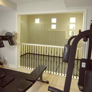 Esempio di una sala pesi country con moquette e pavimento beige