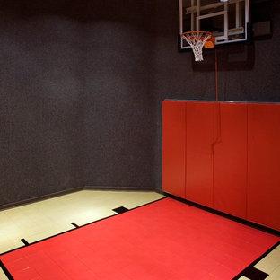 Mittelgroßer Klassischer Fitnessraum mit Indoor-Sportplatz, schwarzer Wandfarbe und Vinylboden in Chicago
