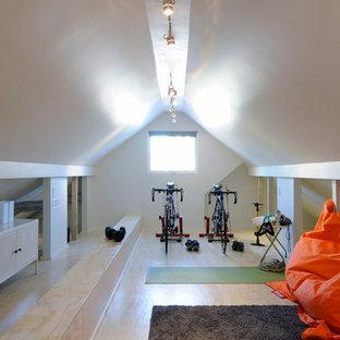 Multifunktionaler, Kleiner Nordischer Fitnessraum mit weißer Wandfarbe und hellem Holzboden in Ottawa