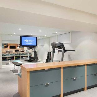 Inspiration pour une grande salle de sport design multi-usage avec un mur blanc, un sol en vinyl et un sol gris.