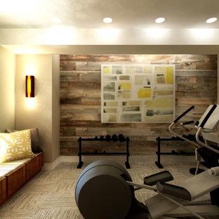 Bild på ett mellanstort vintage hemmagym med fria vikter, med beige väggar och heltäckningsmatta