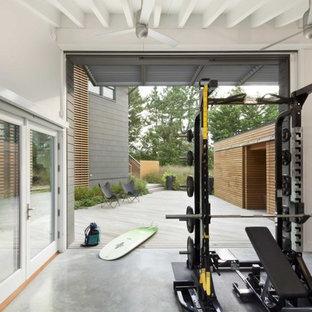 Idee per una palestra in casa stile marinaro con pavimento in cemento, pareti bianche e pavimento grigio