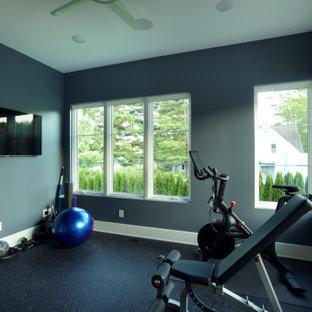 Multifunktionaler, Mittelgroßer Klassischer Fitnessraum mit blauer Wandfarbe und schwarzem Boden in Grand Rapids