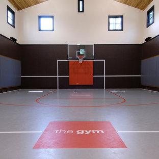 Großer Moderner Fitnessraum mit Indoor-Sportplatz, schwarzer Wandfarbe und Linoleum in New York