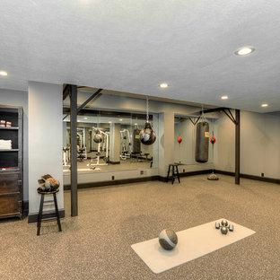 Esempio di una grande palestra multiuso tradizionale con pareti grigie, pavimento in cemento e pavimento grigio