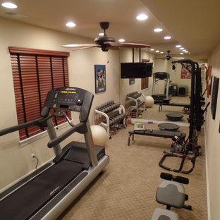 Idee per una piccola sala pesi classica con pareti beige e moquette