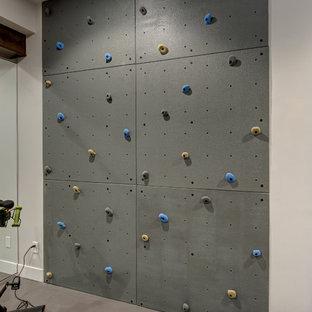 Idee per una grande parete da arrampicata tradizionale con pareti grigie e pavimento beige