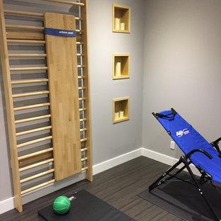 Esempio di uno studio yoga minimal di medie dimensioni con pareti grigie e pavimento in sughero