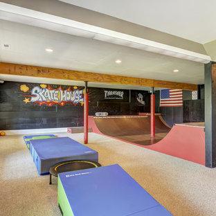 Großer Moderner Fitnessraum mit Teppichboden in Charlotte