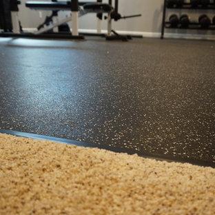 ボルチモアの中くらいのトランジショナルスタイルのおしゃれなトレーニングルーム (グレーの壁、リノリウムの床、黒い床) の写真