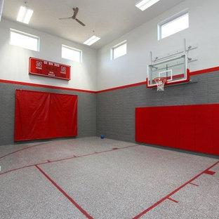 Großer Moderner Fitnessraum mit grauer Wandfarbe, Indoor-Sportplatz, Linoleum und grauem Boden in Omaha