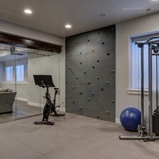 Idee per una grande parete da arrampicata classica con pareti grigie e pavimento beige