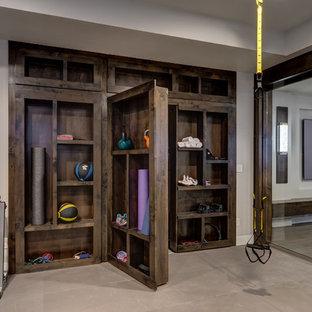 デンバーの広いトランジショナルスタイルのおしゃれなクライミングウォール (グレーの壁、ベージュの床) の写真