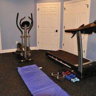 Multifunktionaler, Kleiner Klassischer Fitnessraum mit blauer Wandfarbe, Vinylboden und schwarzem Boden in Philadelphia