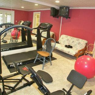 Idée de décoration pour une salle de sport tradition multi-usage et de taille moyenne avec un mur rouge, moquette et un sol beige.