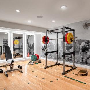 Foto di una palestra in casa minimal con pareti grigie, parquet chiaro e pavimento beige