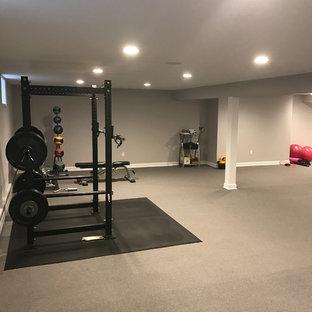 Foto di una grande sala pesi chic con pareti grigie, moquette e pavimento grigio