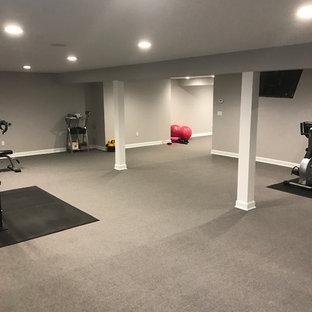 Esempio di una grande sala pesi classica con pareti grigie, moquette e pavimento grigio