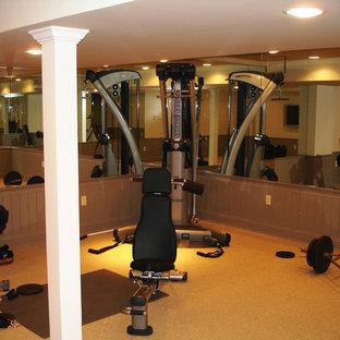 Multifunktionaler, Mittelgroßer Klassischer Fitnessraum mit gelber Wandfarbe, Teppichboden und gelbem Boden in New York