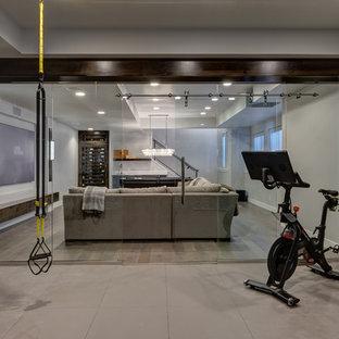 Удачное сочетание для дизайна помещения: большой скалодром в стиле современная классика с серыми стенами и бежевым полом - самое интересное для вас