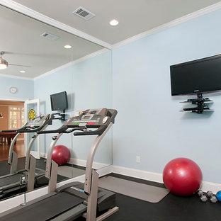 Klassischer Fitnessraum mit blauer Wandfarbe und schwarzem Boden in Atlanta