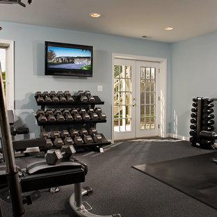 ボルチモアの中くらいのトランジショナルスタイルのおしゃれなトレーニングルーム (青い壁、カーペット敷き) の写真