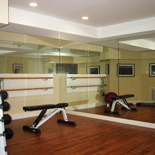 Multifunktionaler, Kleiner Moderner Fitnessraum mit beiger Wandfarbe und dunklem Holzboden in Boston