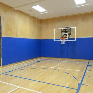 Esempio di un ampio campo sportivo coperto design con pareti blu e parquet chiaro