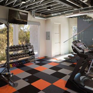 Idéer för små funkis hemmagym med fria vikter, med vita väggar, heltäckningsmatta och flerfärgat golv