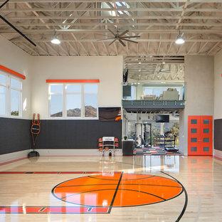Großer Moderner Fitnessraum mit Indoor-Sportplatz, bunten Wänden und hellem Holzboden in San Diego