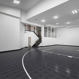 Großer Moderner Fitnessraum mit Indoor-Sportplatz, weißer Wandfarbe, Vinylboden, grauem Boden und gewölbter Decke in Chicago
