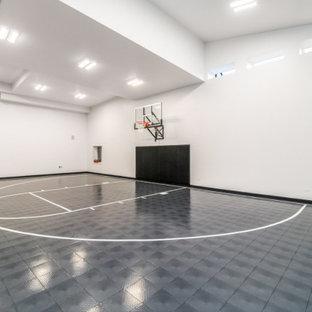 Idee per un grande campo sportivo coperto moderno con pareti bianche, pavimento in vinile e pavimento grigio