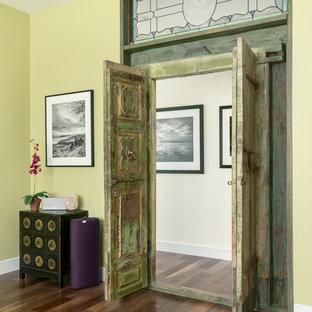 Ispirazione per un piccolo studio yoga contemporaneo con pareti verdi, pavimento in legno massello medio e pavimento marrone