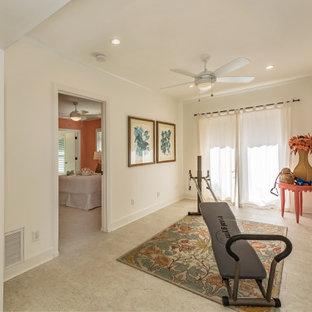 Multifunktionaler, Kleiner Stilmix Fitnessraum mit weißer Wandfarbe, Travertin und beigem Boden in Tampa