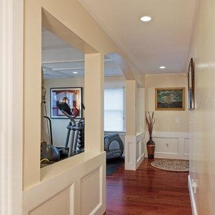 Esempio di una palestra multiuso stile marino di medie dimensioni con pareti beige, parquet scuro e pavimento marrone