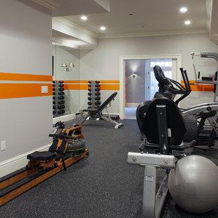 Mittelgroßes Klassisches Kraftraum mit oranger Wandfarbe und grauem Boden in New York