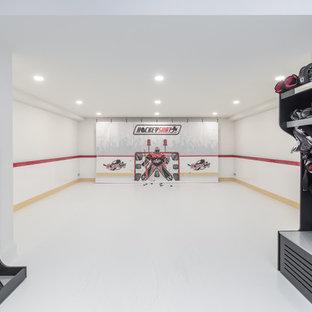 Klassischer Fitnessraum mit Indoor-Sportplatz, weißer Wandfarbe und weißem Boden in Sonstige