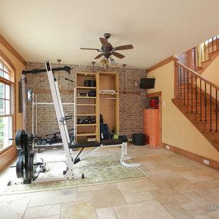 Immagine di una sala pesi stile americano di medie dimensioni con pareti beige e pavimento con piastrelle in ceramica
