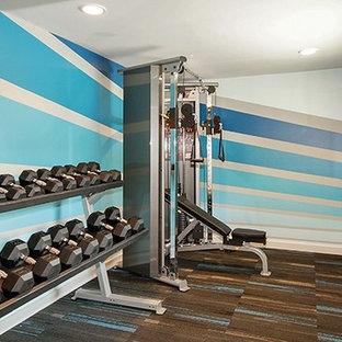 Foto di una sala pesi contemporanea di medie dimensioni con pareti blu e moquette